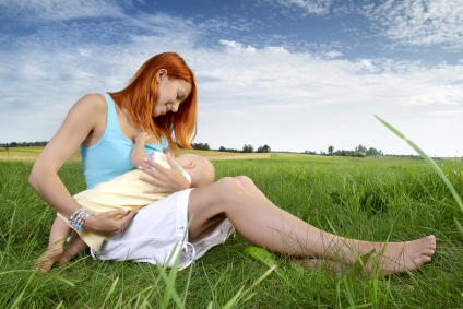 breastfeeding-on-grass